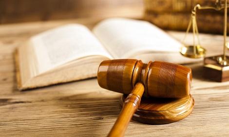 het erfrecht afgetekend in wetboek, rechtershamer en weegschaal
