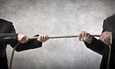 twee mannen trekken aan touw als symbool van geschil